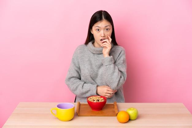 朝食を食べている若い中国の若い女性
