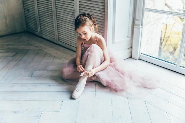 ダンスクラスの若いクラシックバレエの女の子