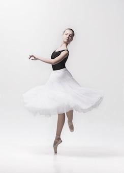 Молодой классический танцор, изолированные на белом.