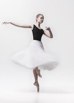 Молодой классический танцор изолированный на белизне.
