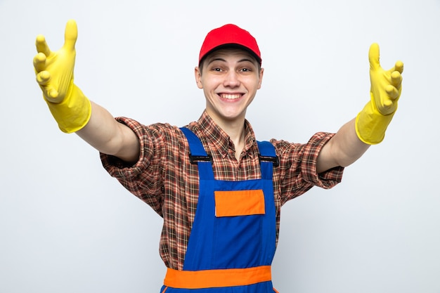 制服と手袋をしたキャップを身に着けている若い掃除人