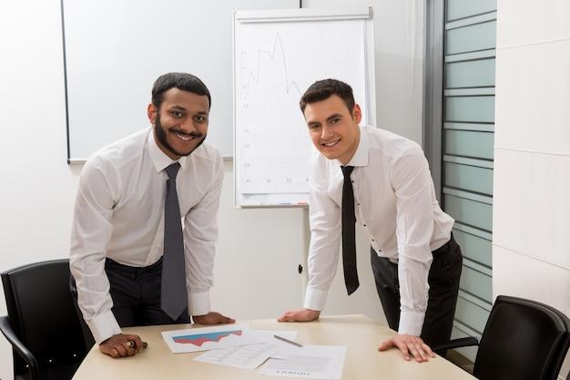 大企業の成功したビジネスマンの若い店員マネージャー