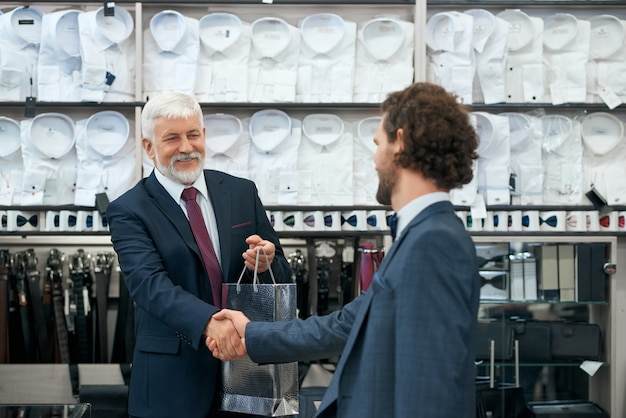 남성용 매장에서 구매하는 젊은 고객.