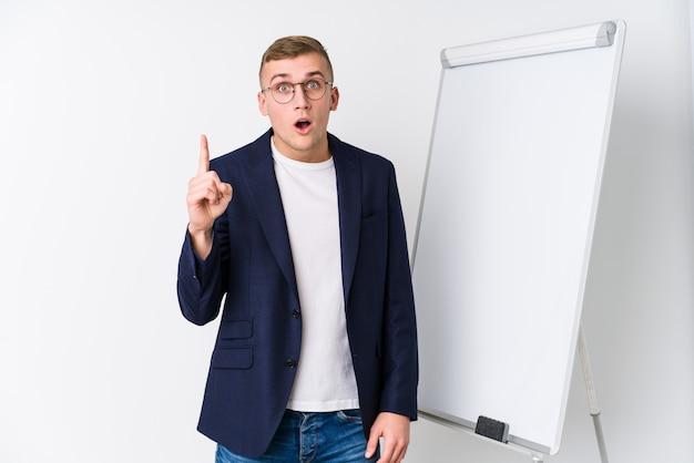 アイデア、インスピレーションの概念を持つホワイトボードを示す若いコーチング男。