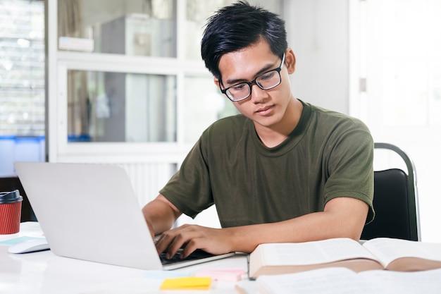 Молодой студент коллажа, использующий компьютер и мобильное устройство, обучающийся онлайн. образование и онлайн-обучение.