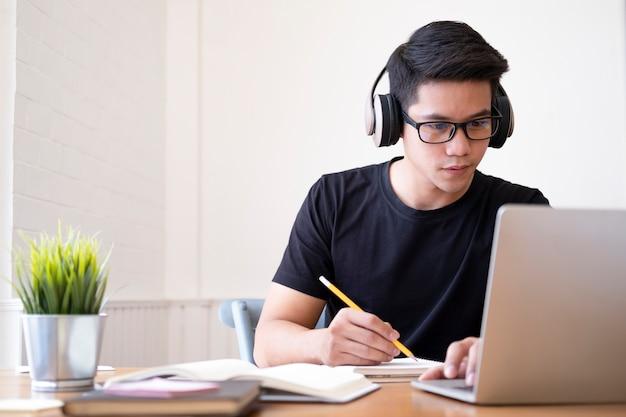 온라인으로 공부하는 컴퓨터와 모바일 장치를 사용하는 젊은 콜라주 학생. 교육 및 온라인 학습.