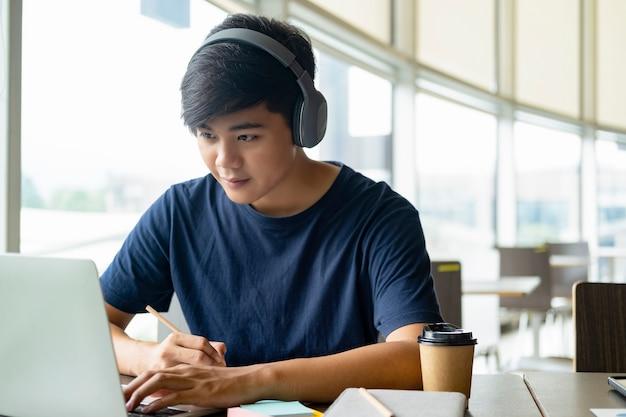 オンラインで勉強しているコンピューターとモバイルデバイスを使用している若いコラージュ学生。