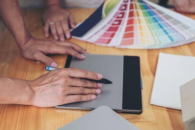 창의적인 프로젝트와 컬러 샘플을 함께 작업하는 젊은 동료 디자이너