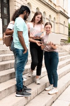 Giovani colleghi che studiano insieme per un esame universitario