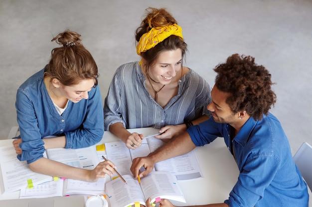 Молодые коллеги работают вместе в кафе