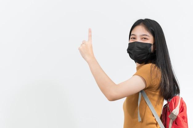 검은 천 마스크를 쓰고 젊은 대학생, 다시 학교로,