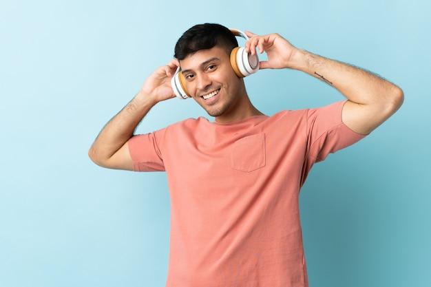 青いリスニング音楽に孤立した若いコロンビア人