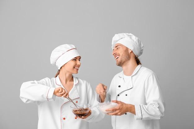 おいしいデザートを調理する若い菓子職人