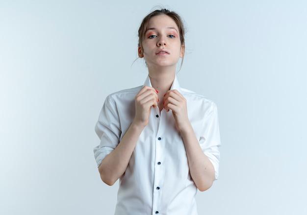 젊은 자신감 금발 러시아 여자 복사 공간이 흰색 공간에 고립 된 칼라를 보유
