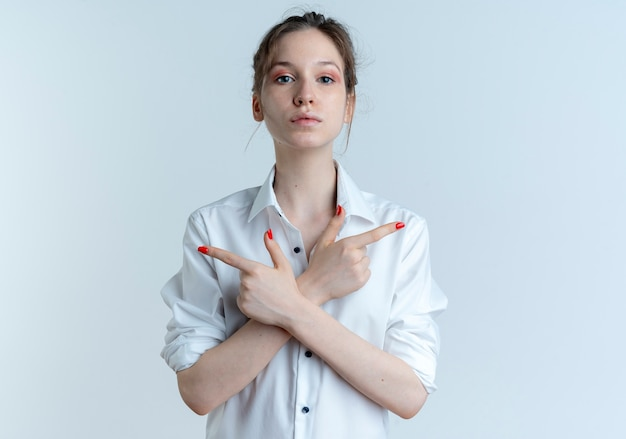 若い自信を持って金髪のロシアの女の子が両側を指しています