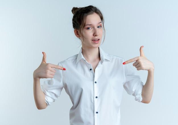 La giovane ragazza russa bionda sicura indica se stessa isolata su spazio bianco con lo spazio della copia