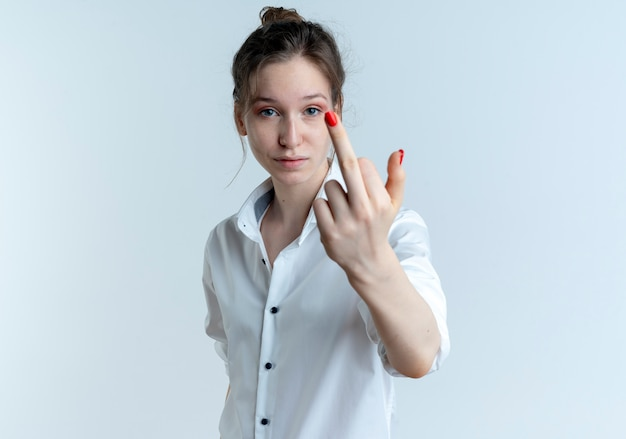 Молодая уверенная блондинка русская девушка показывает средний палец, изолированные на белом пространстве с копией пространства