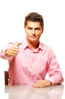 Молодой уверенный бизнесмен, приглашающий вести с ним бизнес или присоединиться к его команде