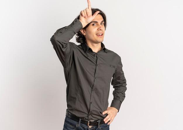 Молодой уверенный в себе красивый кавказский мужчина кладет руку на голову неудачнику жестами и надевает талию, указывая вверх изолированно на белом фоне с копией пространства