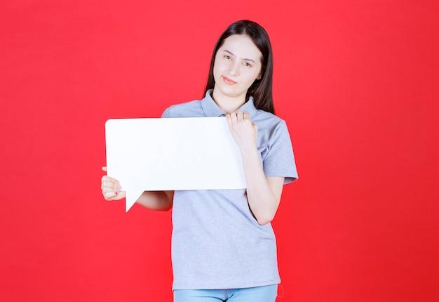 Молодая уверенно женщина держит доску и смотрит на фронт