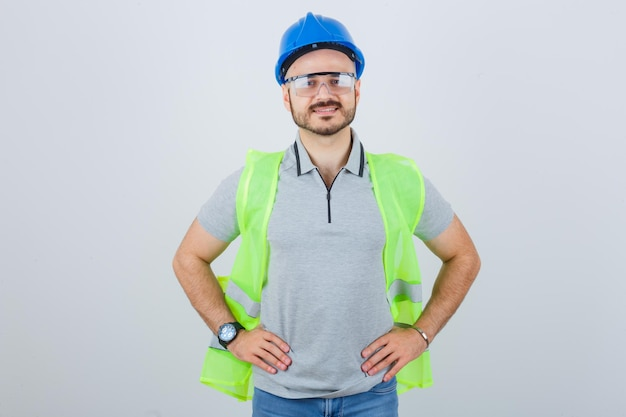Giovane operaio edile con casco di sicurezza e occhiali