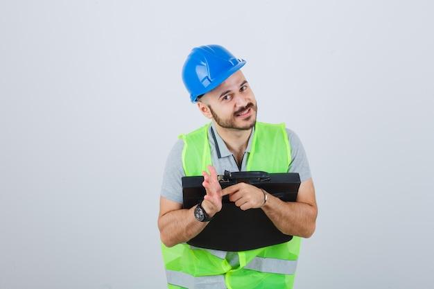 안전 헬멧을 착용하는 젊은 건설 노동자