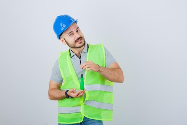 安全ヘルメットをかぶった若い建設労働者