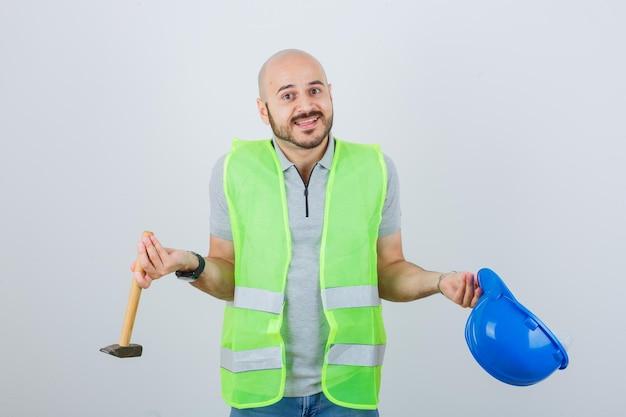 Молодой строитель в защитной каске