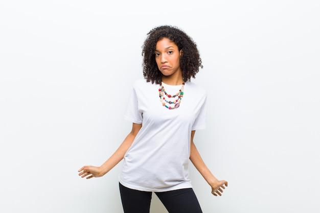 젊은 멋진 아프리카 계 미국인 여자는 단서 또는 어리석은 표정으로 퍼즐