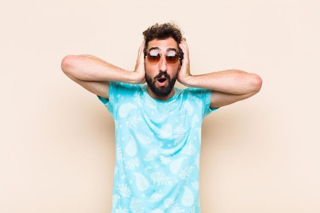 Молодой крутой бородатый мужчина сумасшедший или безумное выражение. концепция праздников
