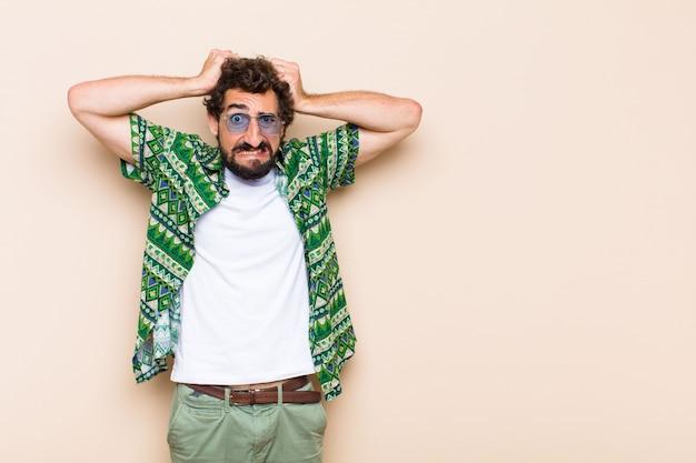 Молодой крутой бородатый мужчина с ума или безумное выражение