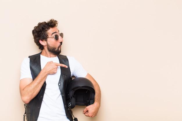 Молодой спокойный бородатый мужчина, указывая в сторону