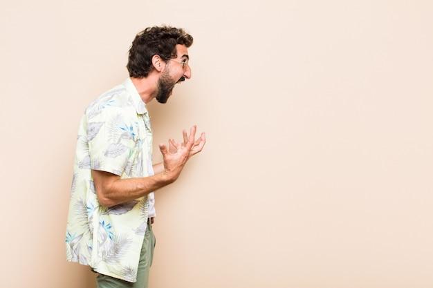 Молодой спокойный бородатый мужчина кричит