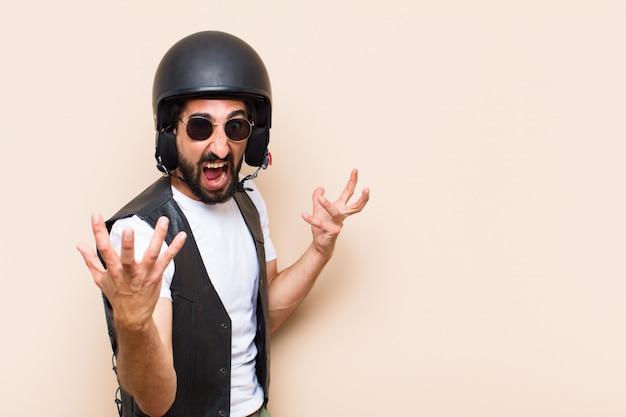 若いクールなあごひげを生やしたヘルメットと怒りの表現