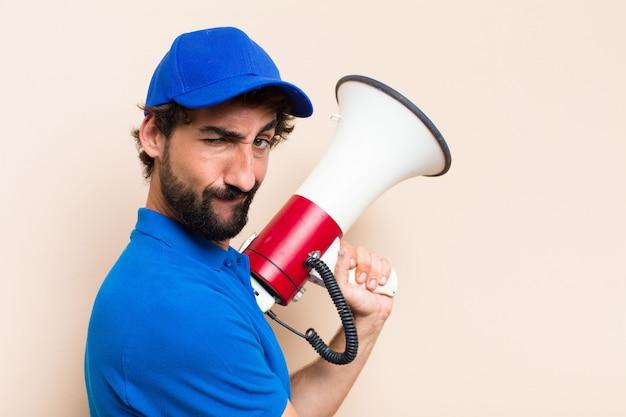 Молодой крутой бородатый мужчина с мегафоном