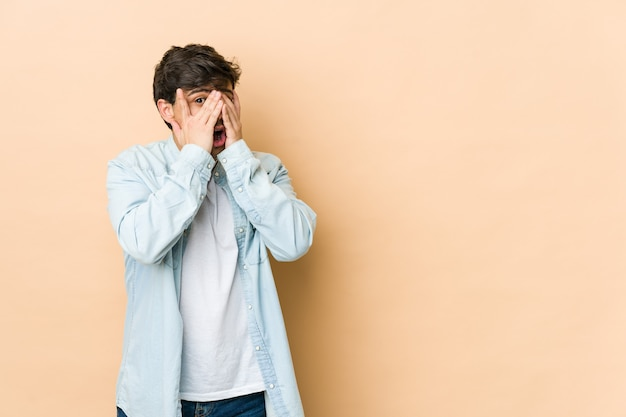 若いクールな男は、怖くて神経質な指で瞬きます。
