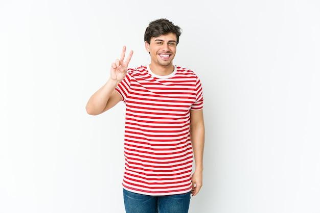손가락으로 평화의 상징을 보여주는 즐거운 젊은 멋진 남자.