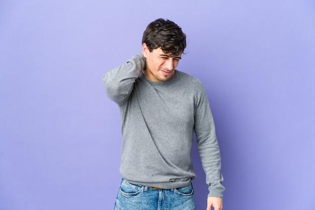 앉아있는 생활 방식으로 인해 목 통증을 겪고있는 젊은 멋진 남자.