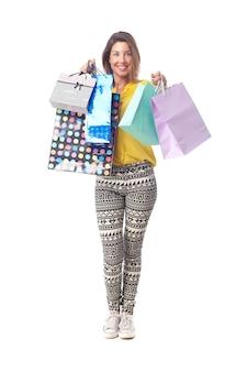 若いクールな女性のショッピング