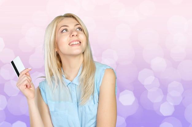 Молодая спокойная женщина с кредитной картой