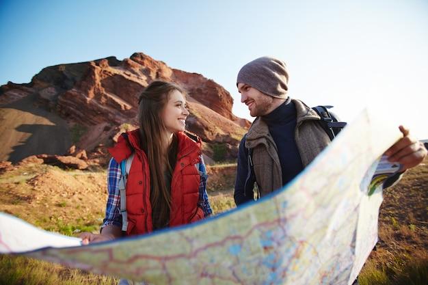 산에서 모험하는 젊은 부부