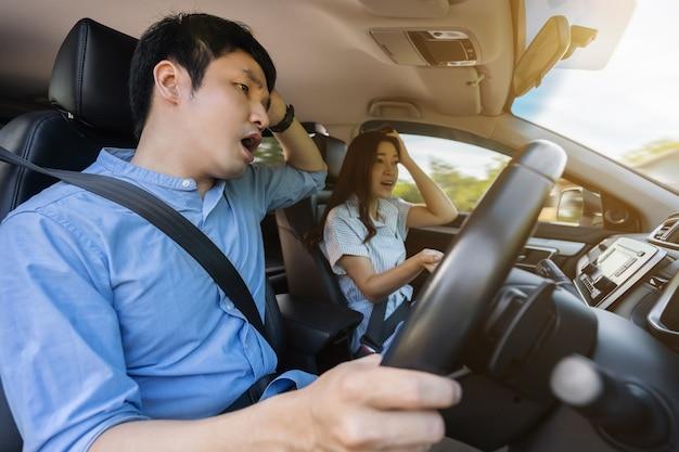 차를 운전하면서 말다툼을 하는 젊은 부부
