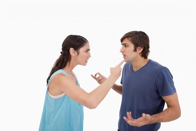Молодая пара спорит