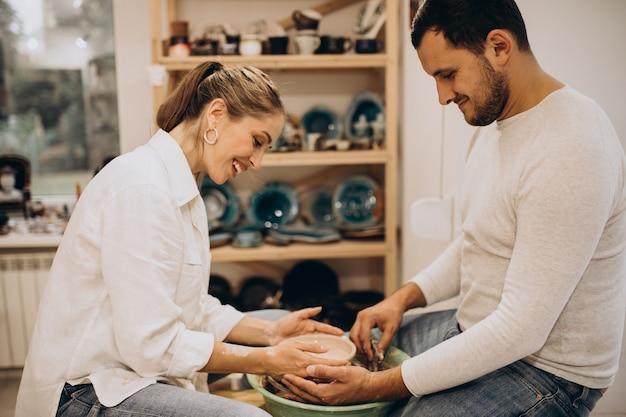 一緒に陶芸教室で若いカップル