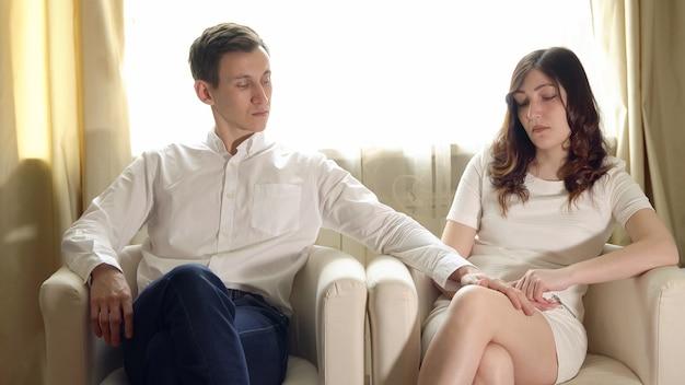 가족 심리학자와 리셉션에서 젊은 부부.