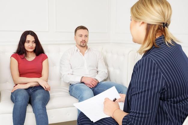 심리학자와 리셉션에서 젊은 부부.