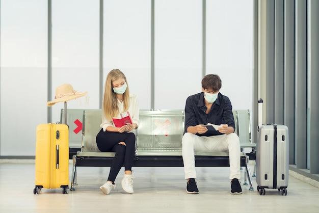 마스크를 쓰고 공항에서 젊은 부부