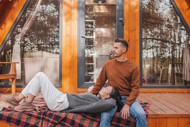 그들의 집 테라스에서 가을 따뜻한 날에 젊은 부부