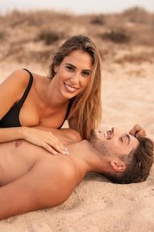 ビーチのうれしそうな瞬間で若いカップル