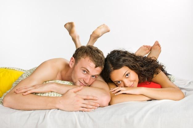 침대에서 젊은 부부
